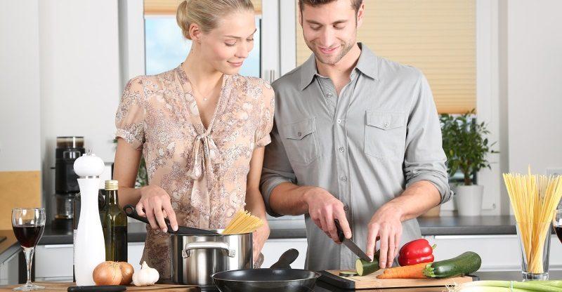 Pessoas cozinhando